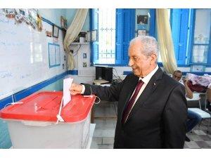Tunus geçici Cumhurbaşkanı Muhammed El Nasır oyunu kullandı