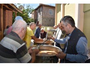 Kaymakam Aksoy ve Başkan Acar aşure dağıttı