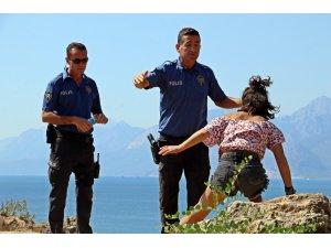 Polisin falezlerde alkollü kadınla imtihanı