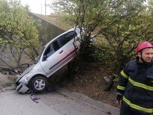 Alkollü sürücünün kontrolünden çıkan otomobil ağaca asılı kaldı