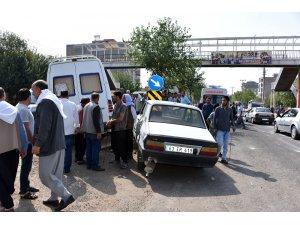 Minibüs ile otomobil çarpıştı: 3 yaralı