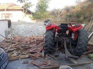 Traktör evin bahçesine uçtu