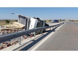 Konya'da inşaat malzemesi taşıyan kamyonet devrildi: 1 yaralı