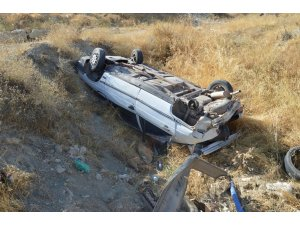 Besni'de otomobil şarampole yuvarlandı