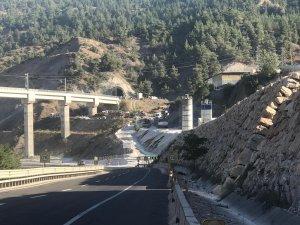 Kılavuz tren tünelde raydan çıktı: 2 ölü