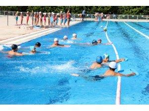 Mersin'de geleceğin yüzücüleri yetişiyor