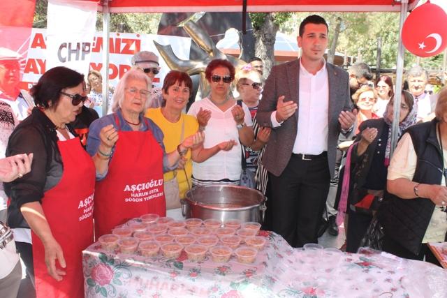 CHP, vatandaşlara aşure ikram etti