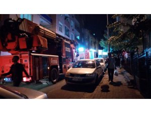 3 katlı apartmanın giriş katında çıkan yangın mahalleyi sokağa döktü