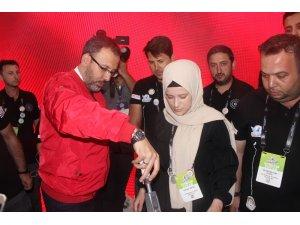 Bakan Kasapoğlu TEKNOFEST'te gençlerle bir araya geldi