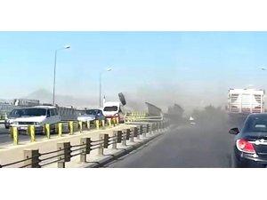 Seyir halindeki kamyonun tekerleği araçların üzerine fırladı