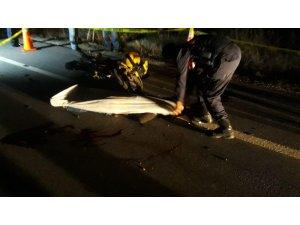 Motosiklet çarptı otomobilin altında kaldı: 1 ölü 2 yaralı