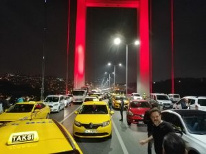 15 Temmuz şehitler köprüsü Avrupa yakası istikametinde eli silahlı bir şahıs yolu kapattı... Olay yerine çok sayıda polis ekibi sevk edildi. Emniyet güçleri şahsi kontrol altına almaya çalışıyor. 15 Temmuz Şehitler Köprüsü Ç