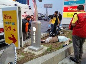 Sürücü uyuyakalınca otomobil camiden çıkan 2 kişiye çarptı