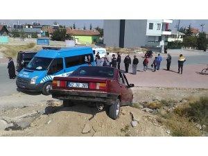 Konya'da ehliyetsiz sürücü polisten kaçarken anneyle kızına çarpıp kum yığınına saplandı