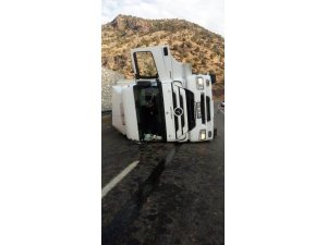 Siirt'te kamyon devrildi: 1 yaralı