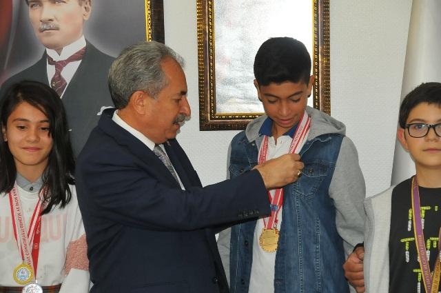 Başkan Akkaya şampiyon sporcuyu altınla ödüllendirdi