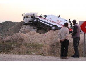 Ambulans taşıyan çekici yol kenarına uçtu: 1 yaralı