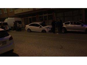 Acemi sürücü, yol kenarındaki 3 araca çarparak durabildi