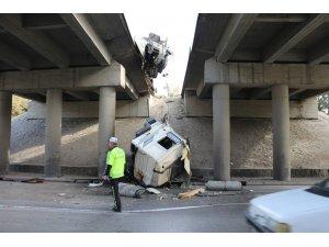 Konya'da bariyerlere çarpan tırın kupası köprüden aşağıya düştü