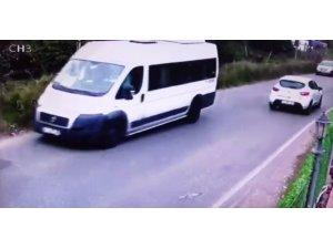 Kartal'da servis minibüsünün devrilme anı kamerada