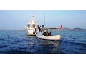 Balıkçı tentesi ile kaçmaya çalıştılar
