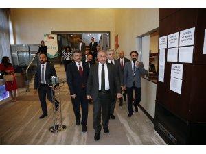 """DÜZELTME- """"Türkiye'de geçici koruma altındaki 5,8 milyon kişi aşılandı"""" haberimizin başlığı """"Türkiye'de geçici koruma altındakilere 5,8 milyon doz aşı uygulandı"""" şeklinde değiştirilmiştir.Haberi"""