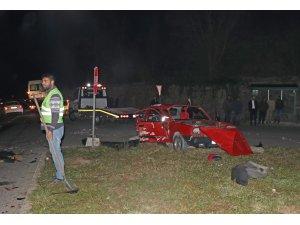 Sakarya'da otomobille kamyonet çarpıştı: 2 ölü, 3 yaralı
