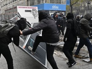 Fransa'daki emeklilik reformu protestoları yer yer şiddete dönüştü