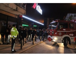 Binanın 4. katında çıkan yangın mahalleliyi sokağa döktü