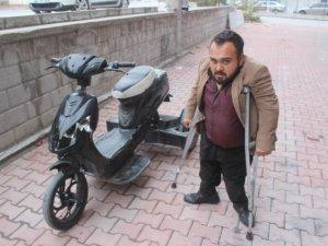 Yürüme engelli vatandaşın elektrikli bisikletini kırdılar