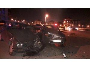 2 otomobil çarpıştı: 1 yaralı