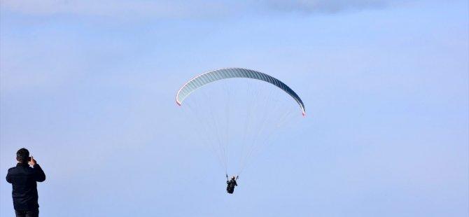 Beyşehir'de sisi bulutları arasında yamaç paraşütü heyacanı