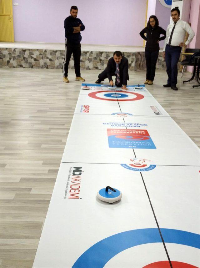 """Derebucak'ta öğrenciler """"floor curling"""" sporu ile tanıştı"""