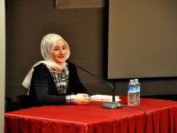 Fatma Şeref Polat, kitabını imzalıyor
