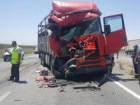 Konya'da kamyon otobüse çarptı