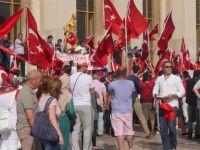 Paris'te Türklerden FETÖ karşıtı gösteri