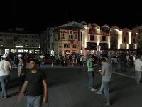 Elektrik kesintisi vatandaşı sokağa çıkardı.