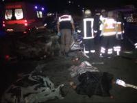 Konya'da elma yüklü kamyon otomobile çarptı: 2 ÖLÜ