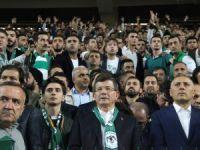 Ahmet Davutoğlu Braga maçını taraftarla izledi
