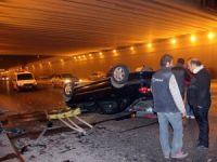 Otomobil köprülü kavşaktan alt yola düştü