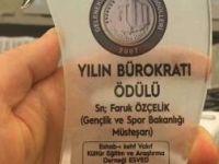 Faruk Özçelik'e yılın bürokratı ödülü