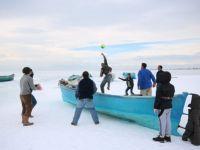 Donan gölde buz voleybolu oynadılar