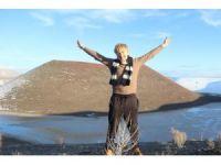 Ukraynalı turist buzla kaplı gölde yüzdü
