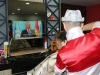 Kuaför aynasında televizyon hizmeti