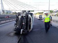 Konya'da Hafif Ticari Araç Alt Geçit Bariyerine Çarptı