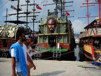 Korsan temalı tur tekneleri turizme hizmet ediyor