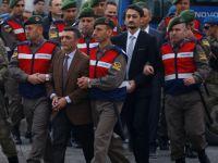 Cumhurbaşkanı avukatı Gülen'in suçlarını sayarken kulaklarını kapattılar