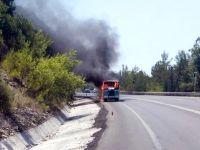 Antalya Konya yolunda minibüs yandı: Canlarını zor kurtardılar
