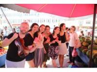 Konservatuvar öğrencilerinden semt pazarında kemanla konser