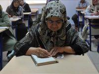 Öğretmen babanın okula göndermediği kızı, 60 yıl sonra okuma öğreniyor